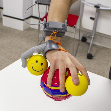 """Robotik bir """"Üçüncü Başparmak"""" Kullanmak Elin Beyinde Nasıl Temsil Edildiğini Değiştirebilir mi?"""